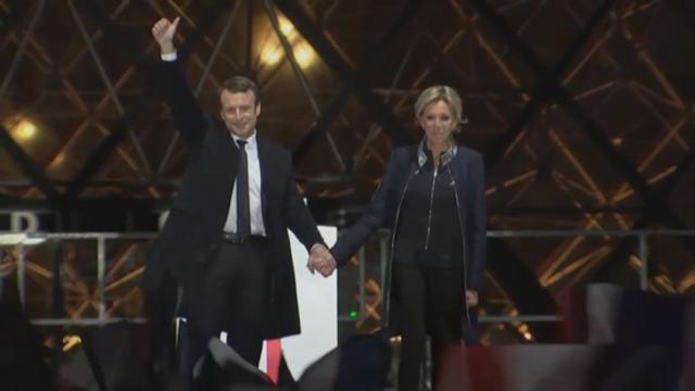 Elezioni Francia: Macron sul palco mano nella mano con la moglie Brigitte