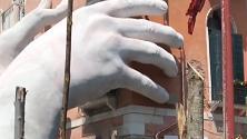 Venezia, mani giganti sbucano dall'acqua: l'installazione in Canal Grande