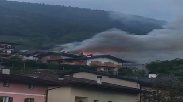 Calceranica, a fuoco il tetto di un'abitazione