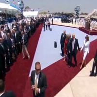 Tel Aviv, Trump porge la mano a Melania: la first lady la spinge via