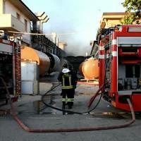 In fiamme un'azienda di vetroresina a Cerreto Guidi