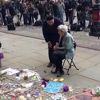 Manchester, l'anziana ebrea e l'Imam pregano insieme per le vittime