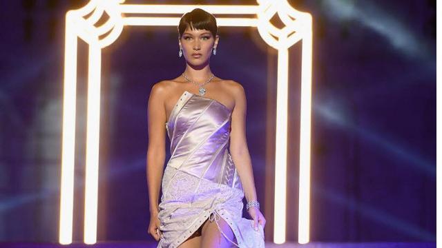Bella Hadid, da Cannes a Roma: sfila per Bulgari a Piazza di Spagna