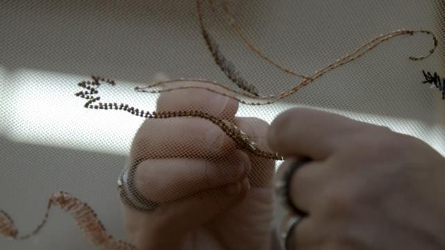 Come si ricama l'abito di Kristin Scott Thomas