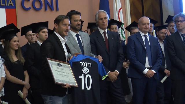 "Roma, diploma honoris causa a Totti: ""Che faccio lunedì?Vado a pesca"""