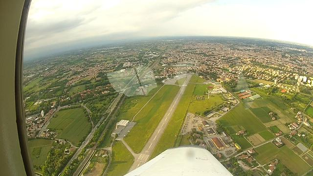 Un Piper sorvola l'aeroporto Allegri poco prima dell'atterraggio