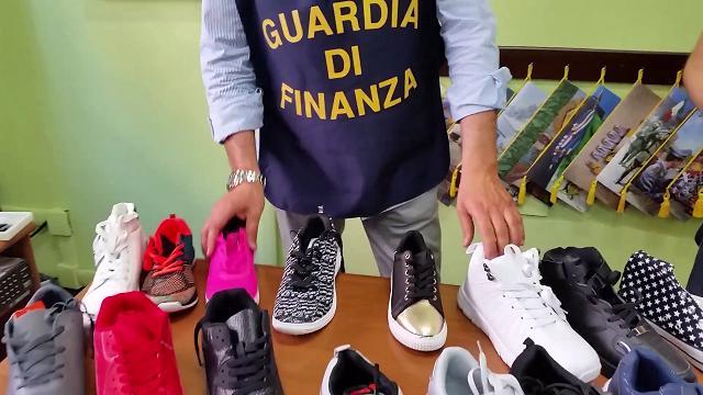 La Finanza sequestra in provincia di Pisa 11.300 calzature contraffatte
