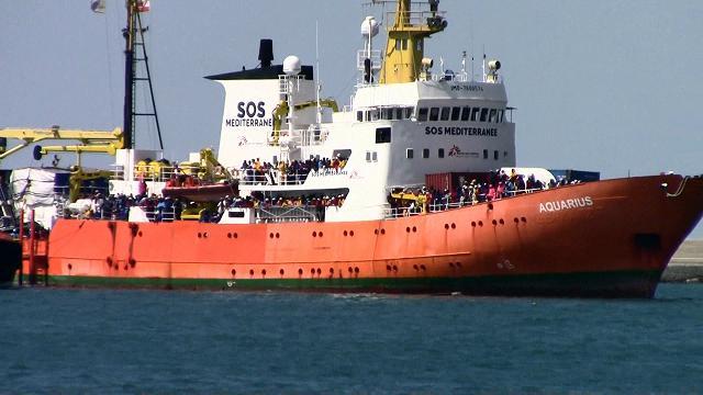 Salerno, sbarca Aquarius con mille profughi salvati dai mitra libici