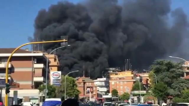 Maxi incendio in uno sfasciacarrozze: paura nube tossica a Primavalle