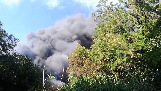 (VIDEO) Primavalle, incendio in un'autodemolizioni. Nube nera visibile in tutto il quartiere
