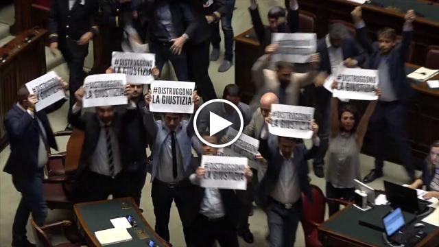 Camera fiducia su riforma processo penale la protesta for Camera 5 stelle