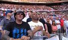 Stade de France, la banda suona per le vittime degli attentati in Inghilterra: tutto lo stadio canta gli Oasis