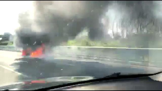Empoli, l'auto in fiamme sulla Fi-Pi-Li