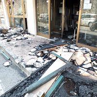 Fanno esplodere il bancomat, incendio in banca