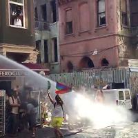 Istanbul, Gay Pride 2017: militante con bandiera lgbti sfida la polizia, travolto dall'idrante