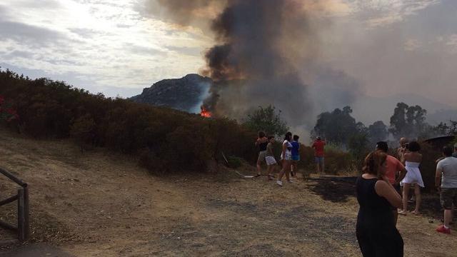 Incendio a Chia, la spiaggia delle cinque vele di Legambiente