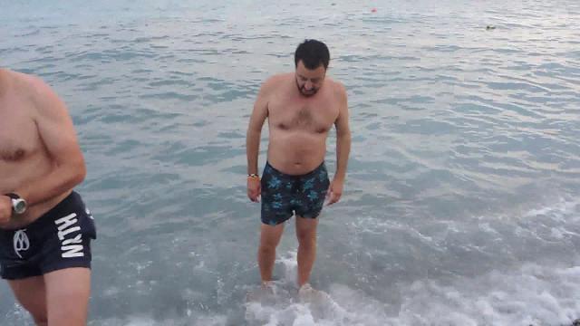 Genova: il bagno di Salvini per festeggiare la vittoria alle comunali