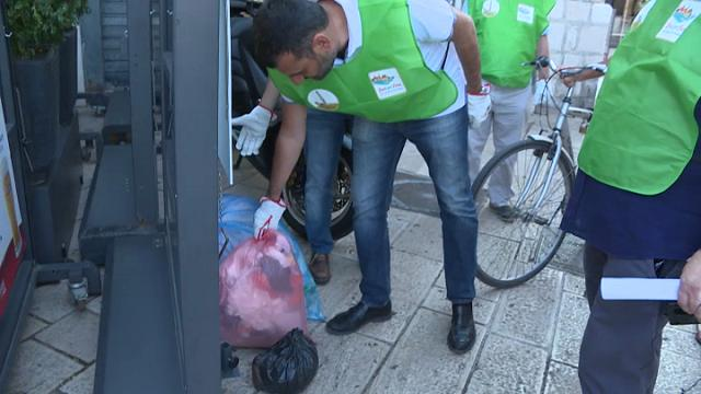 Rifiuti per strada a Bari: il sindaco Antonio Decaro raccoglie i sacchetti