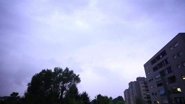 La tempesta di fulmini a Moncalieri: il cielo notturno si illumina a giorno