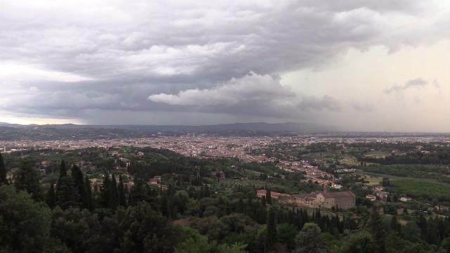 Maltempo, Firenze vista da Fiesole avvolta da nubi e fulmini