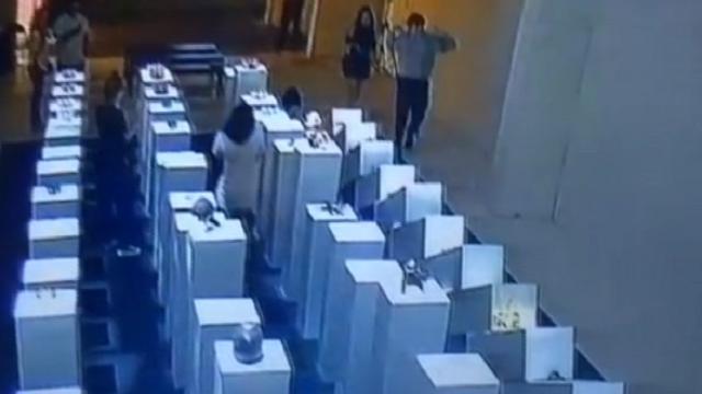 Los Angeles, selfie con effetto domino nella galleria d'arte: danni per 200mila dollari