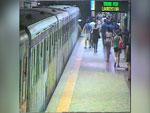 Roma, donna incastrata nelle porte della metro: ecco le immagini dell'incidente