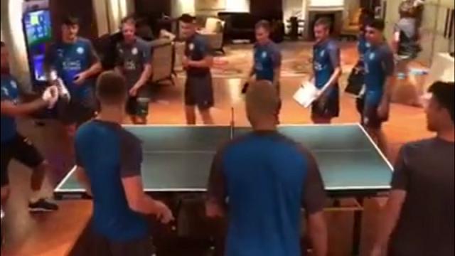Leicester, la folle sfida a ping pong: ciabatte e lavagne come racchette