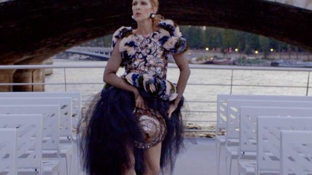 newest f2eaa bd66d Céline Dion, modella d'alta moda a Parigi: indossa abiti ...