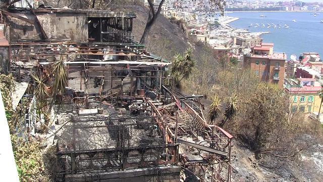 """Incendi dal Vomero a Posillipo, la rabbia dei cittadini: """"Si gioca con la vita"""""""