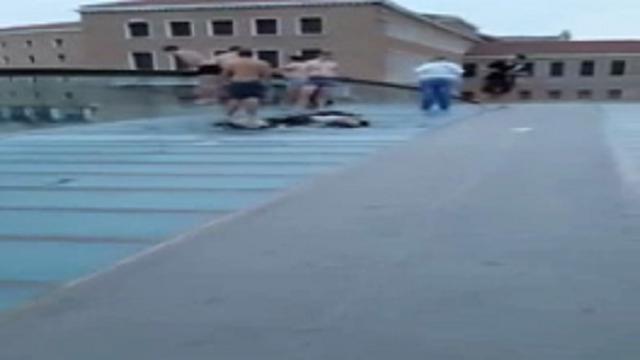 Venezia, giovani stranieri si tuffano dal ponte di Calatrava