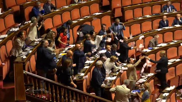Banche venete, ''Ladri, ladri'' e banconote false in aula: la protesta M5s al Senato