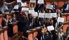Senato, Zanda attacca i grillini su Roma: cori da stadio in aula
