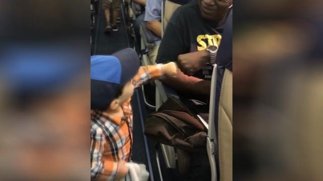 Usa, sorrisi ad alta quota: il bambino sale in aereo e saluta col pugno ogni passeggero