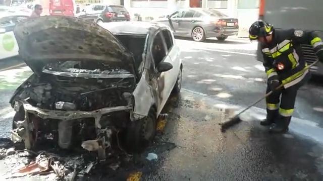 Bolzano: auto a fuoco in piazza Stazione