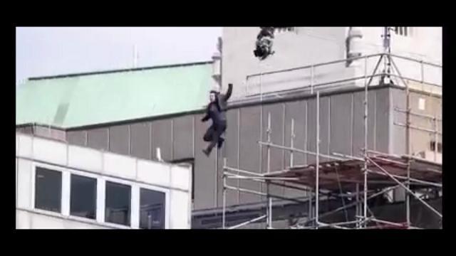 Tom Cruise si fa male saltando da un palazzo, incidente sul set di Mission Impossibile 6