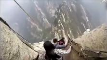 Cina, i turisti sfidano la paura: la discesa del sentiero è da brividi