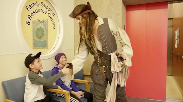 Canada, il cuore grande del pirata: Johnny Depp in visita all'ospedale pediatrico