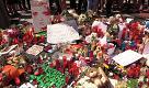 Attentato a Barcellona: al posto del furgone fiori, candele e peluche