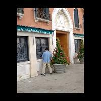 E a Venezia c'è chi fa pipì sull'ingresso dell'hotel Danieli