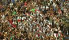 Barcellona, una piramide umana sulla Rambla in omaggio alle vittime