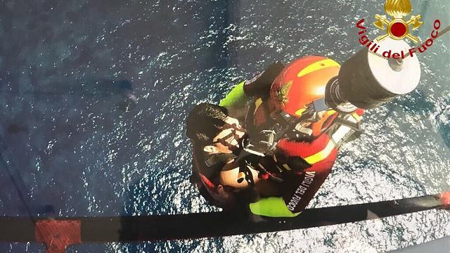 Stintino, l'elicottero dei vigili del fuoco salva un giovane precipitato in mare dalla scogliera