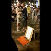 """Barcellona, uomo distribuisce abbracci sulla Rambla: """"Sono musulmano, non un terrorista"""""""