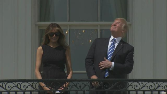 Washington, Trump e Melania guardano l'eclissi dalla Casa Bianca