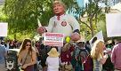 """Phoenix, manifestazione anti-Trump: """"No al Ku Klux Klan, no al fascismo in America"""""""
