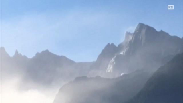 Frana in Svizzera, si sgretola Pizzo Cengalo: una cascata di detriti dalla montagna