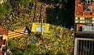Referendum Catalogna, un fiume di magliette gialle invade Barcellona: le immagini dall'alto