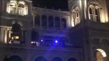 Milano, Liam Gallagher canta dal balcone: live in piazza Duomo