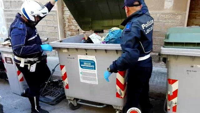 Sassari, la polizia municipale va a caccia di chi non differenzia i rifiuti