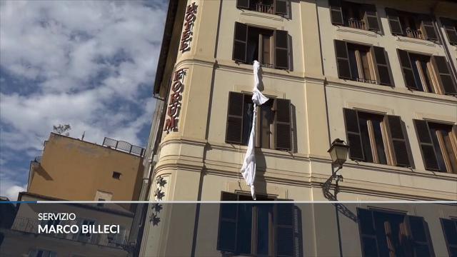"""M5S, Grillo """"recluso"""" in albergo cala lenzuolo dalla finestra"""