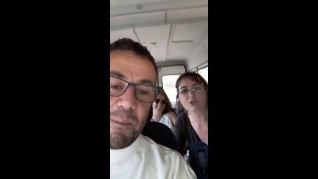 """Torino, M5S e Pd in visita istituzionale al campo rom intonano """"Io vagabondo"""" dei Nomadi"""